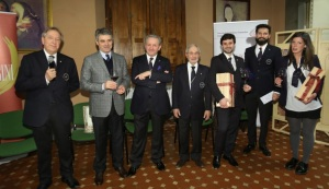 Un momento della cerimonia a Villa Castelletti con l'enologo Renzo Cotarella e i tre premiati da I Balzini-Credits New Press Photo