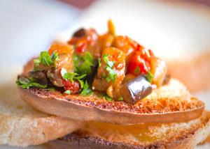 caponata siciliana con pane